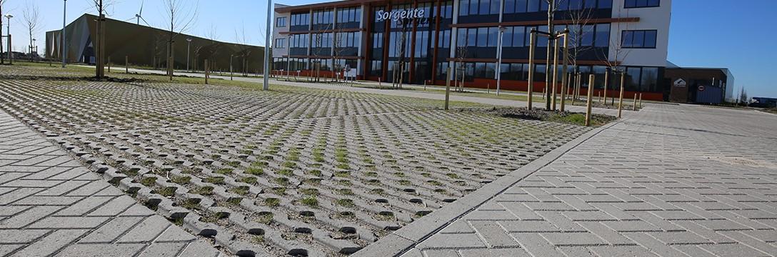 Stabiele grastegels geven parkeerterrein groen gezicht