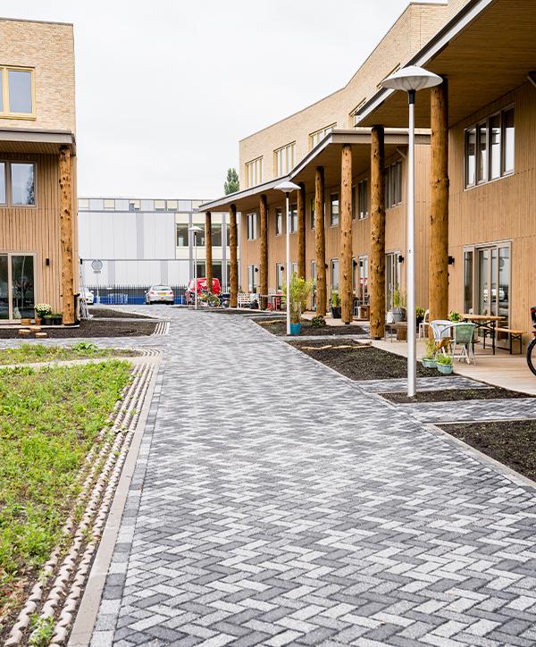 TEBI Bestratingsmaterialen levert niet enkel sierbestrating en tuinhout, maar is ook gespecialiseerd in de infra. Infra houdt zich bezig met het ontwerp en de bouw van grondwerken, water- en wegenbouw.