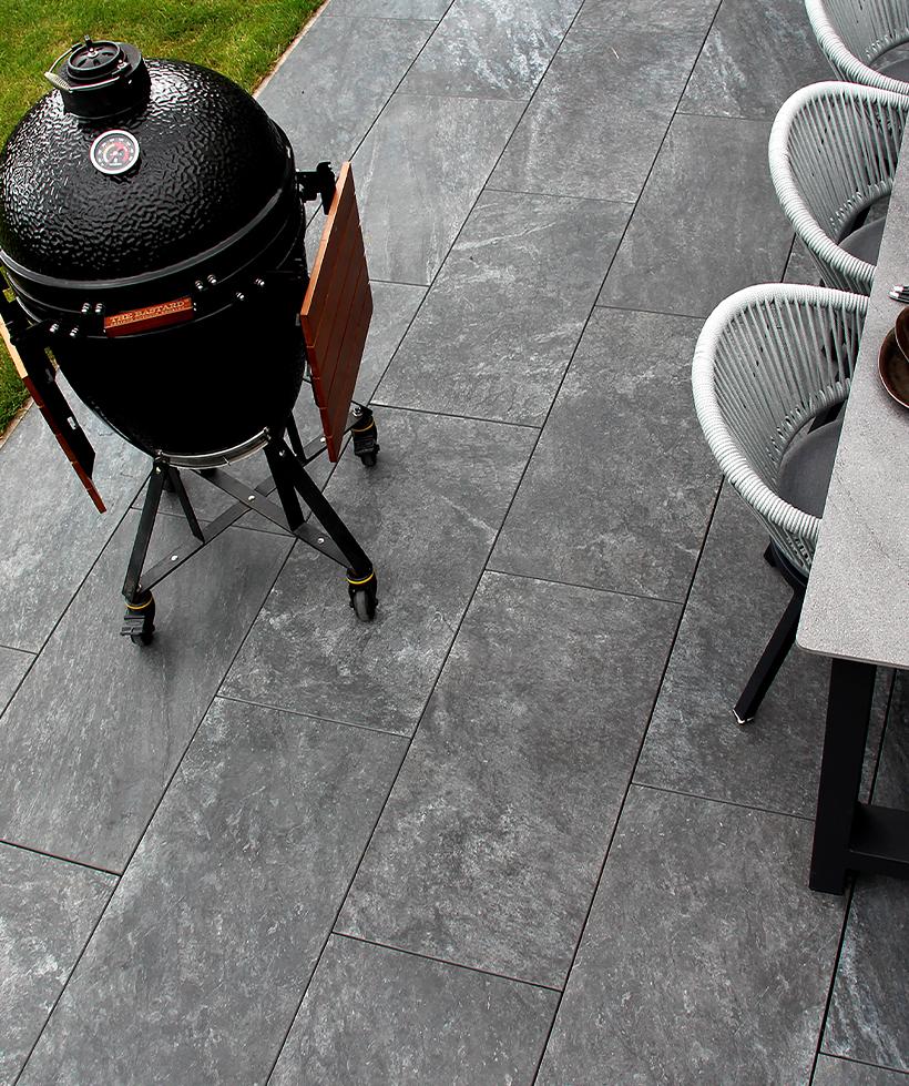 Keramische terrastegels zijn niet meer weg te denken uit de Nederlandse tuinen. Deze tegels komen dan ook goed tot hun recht in zowel moderne als meer authentieke tuinen!
